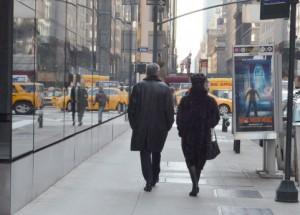 男性が車道側を歩く
